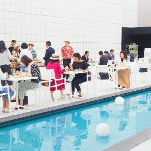 〈東急プラザ銀座〉屋上のプールサイドで極上ビアガーデンを満喫。