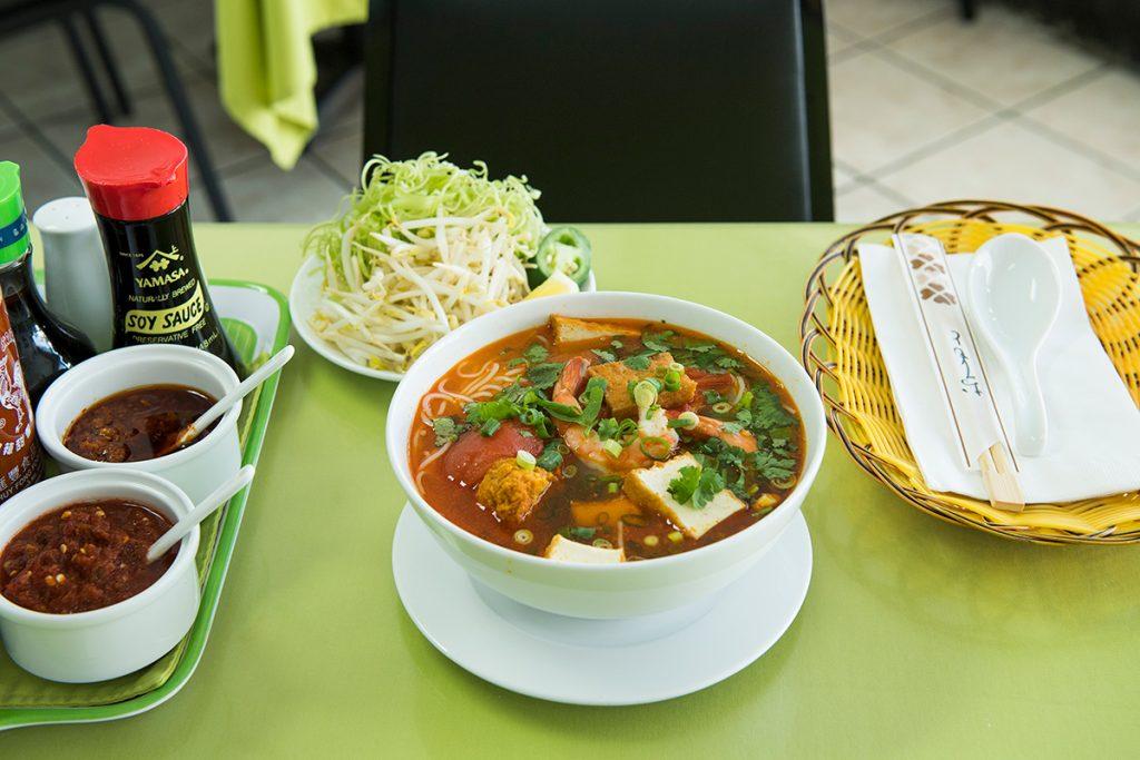 金土曜限定のクラブ・ヌードル・スープ11.5ドルは、蟹の旨みがたっぷり。