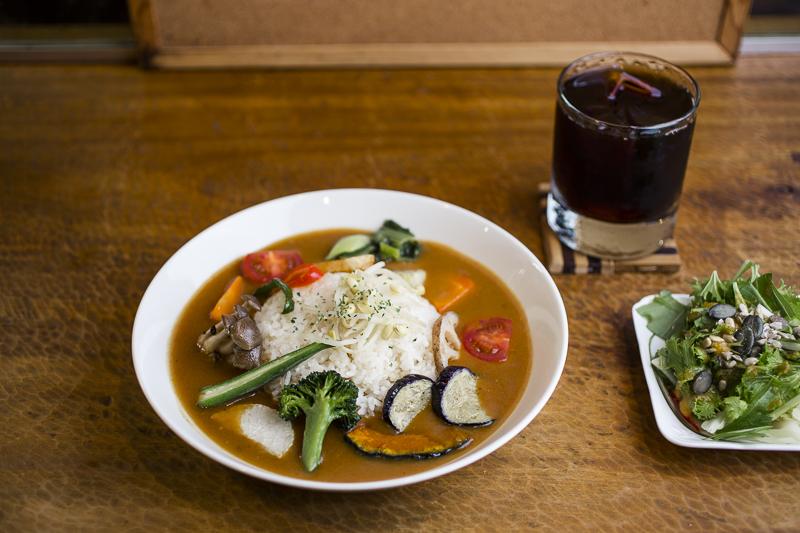 無農薬野菜を使った「有機トマトカレー」は、ハンドドリップのアイスコーヒーとセットで1,320円