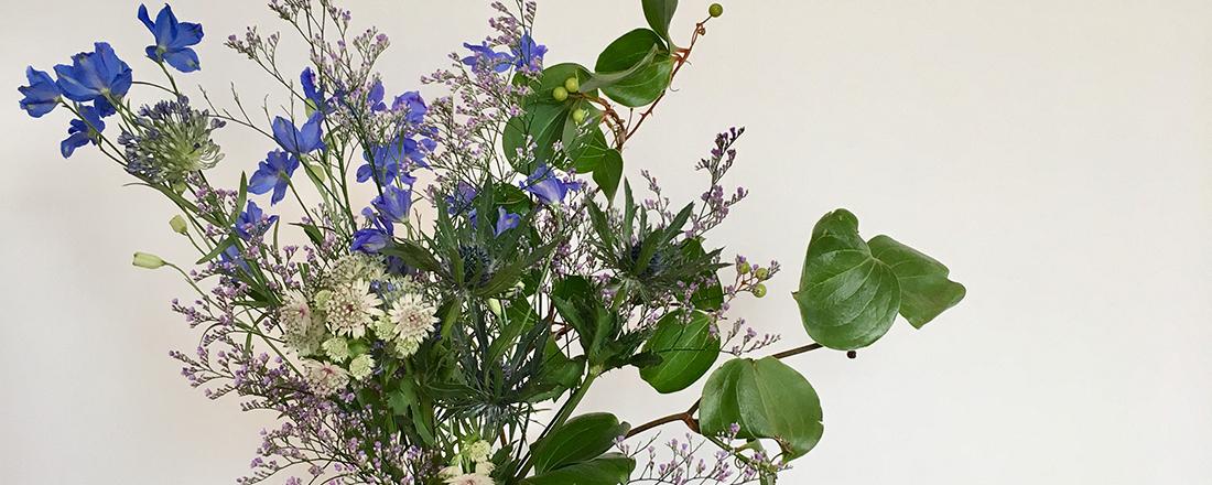 週末は、ブルーの花でお部屋に涼しさを。