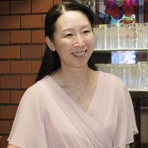 歌が大好きな〈銀座 凱旋門〉の宏美ママ。その美声で今日もお客さんを笑顔にかえる。