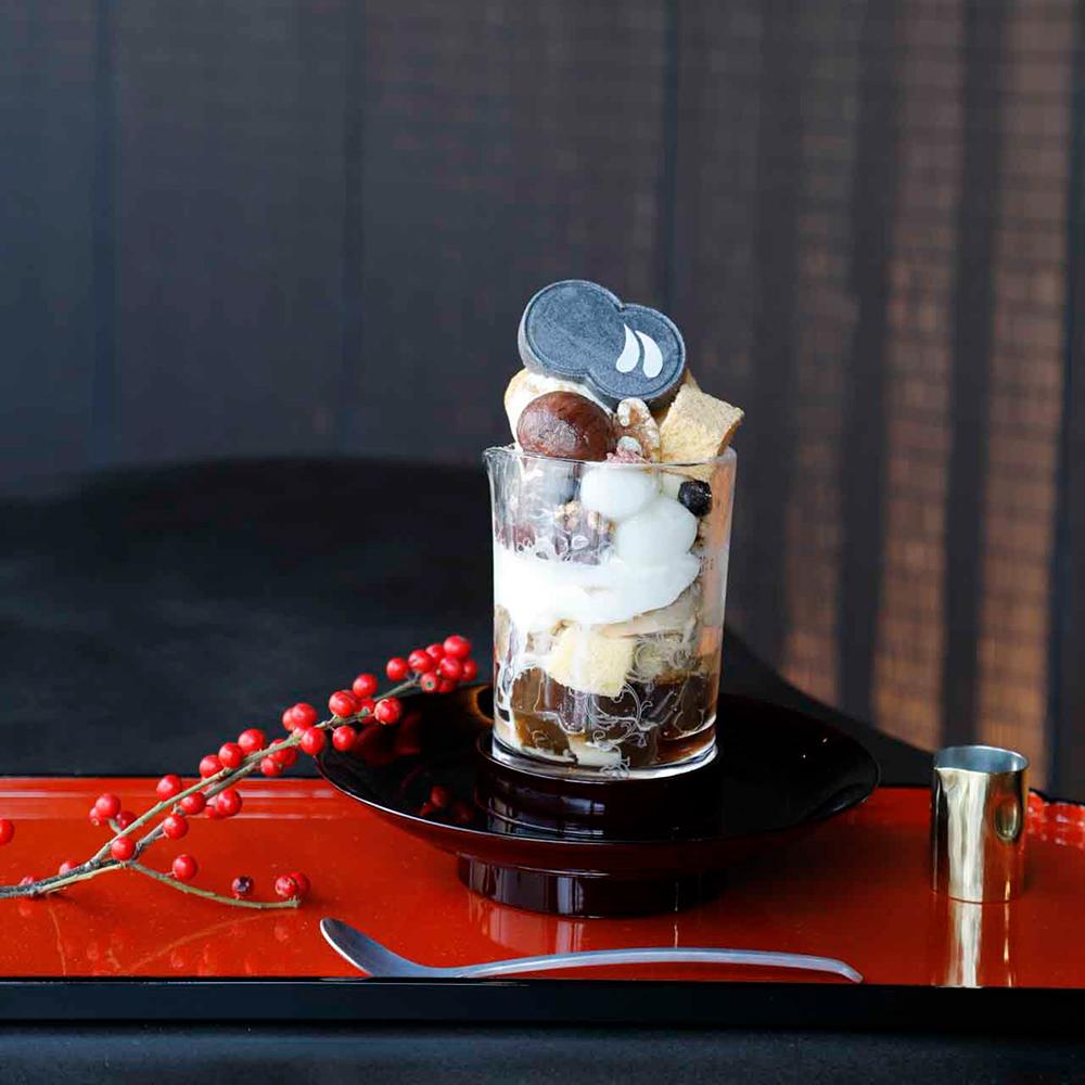 濃厚な黒蜜きなこソフトや塩はと麦や自家製わらび餅などの食感が楽しい「黒蜜きなこパフェ」1,700円