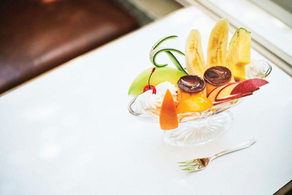 フルーツがたくさん入ったプリンアラモード1000円。自家製のプリンは懐かしさあふれる製法で、甘すぎずさっぱりとしたおいしさ。