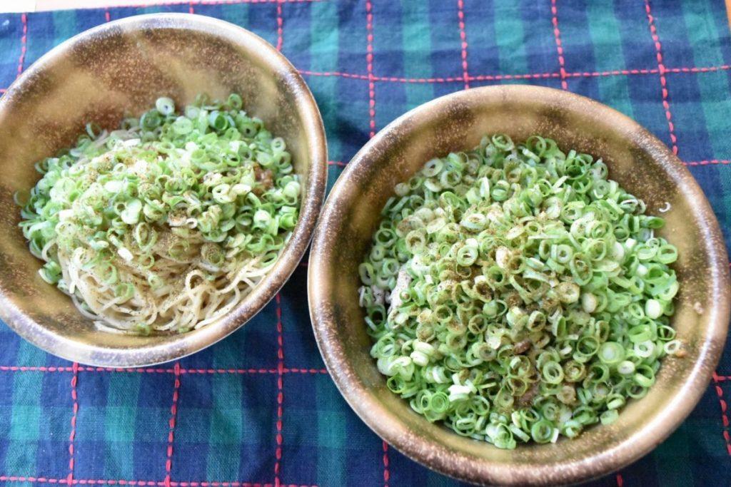 〈キング軒〉の「汁なし坦々麺(右:800円)、汁なし担々豚(1,000円)