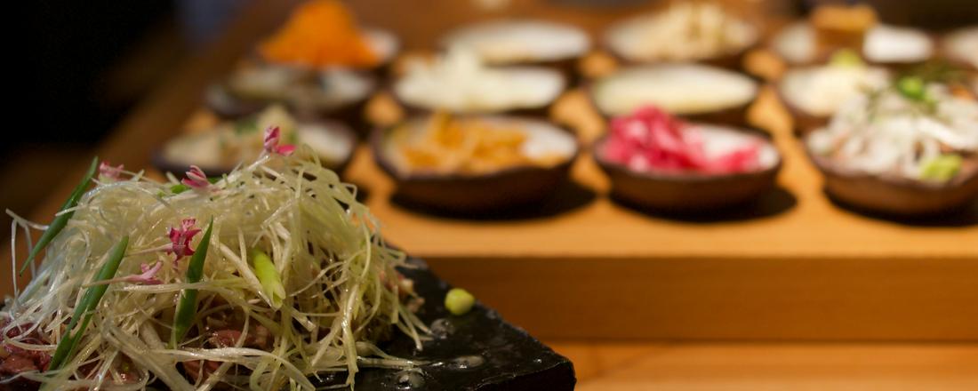 〈博多もつ焼 ザ グッド モーニン 座 良 牛 人〉でおいしい焼肉と新鮮野菜のナムルを堪能。