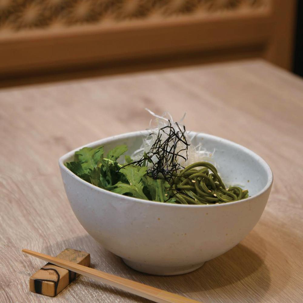 「春菊と茶そばのサラダ」800円(税込)