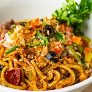 野菜たっぷりスパイスラーメンにやみつき必至の「ピザソバ」!?いま気になる人気麺グルメを実食!
