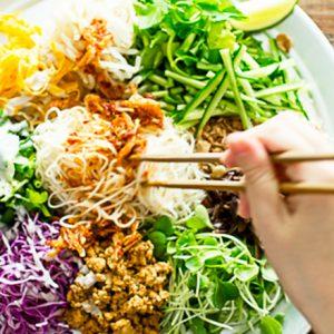 代々木公園の人気ベトナム料理店〈ヨヨナム〉名物「たっぷり野菜のカリカリ和え麺」を実食!