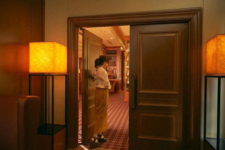 看板も何もない店内最奥の扉が目印。まるで隠れ家のよう!