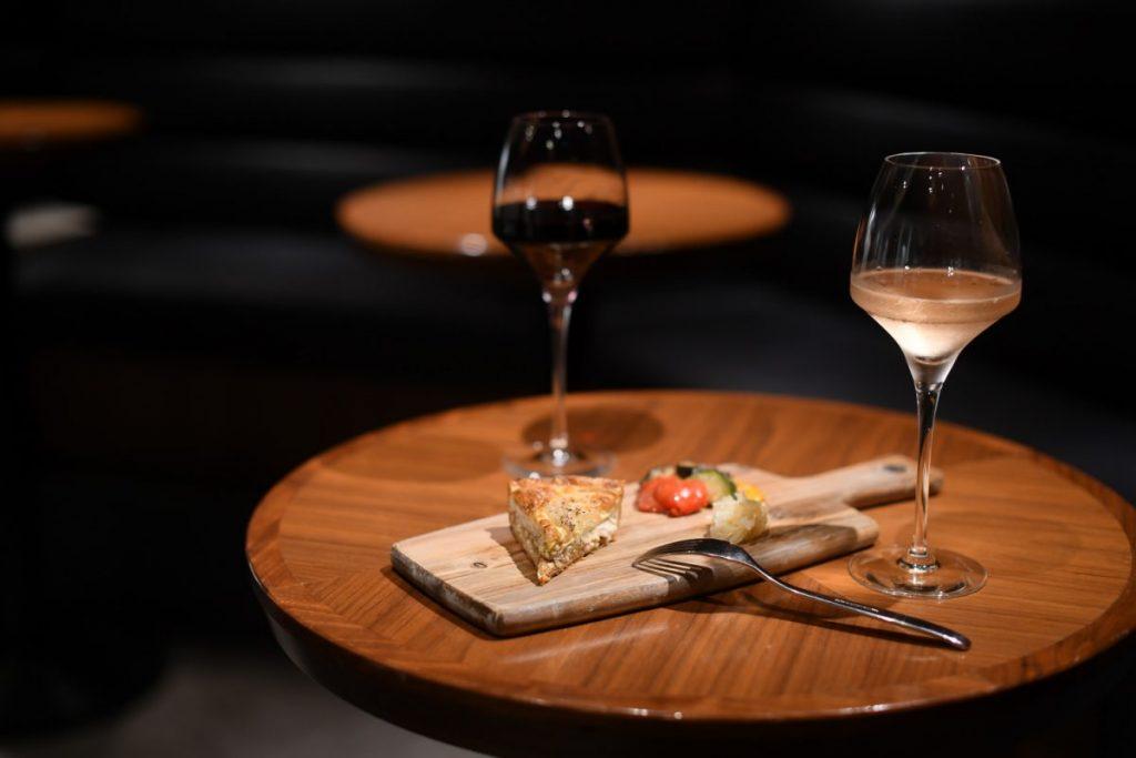同フロアにある〈ル・ブーランジェ・ドゥ・モンジュ〉のキッシュに、お好きなワインがセットで1,000円。ふくよかな果実味あふれるワインと好相性。