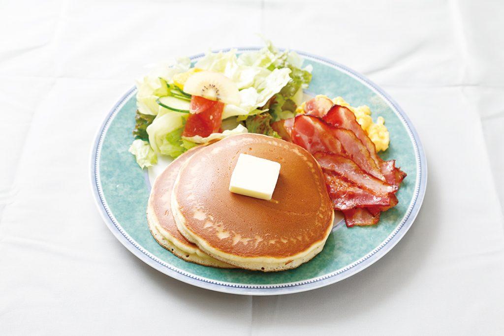 ベーコンホットケーキセット、コーヒーor紅茶付きで1,080円(税込)