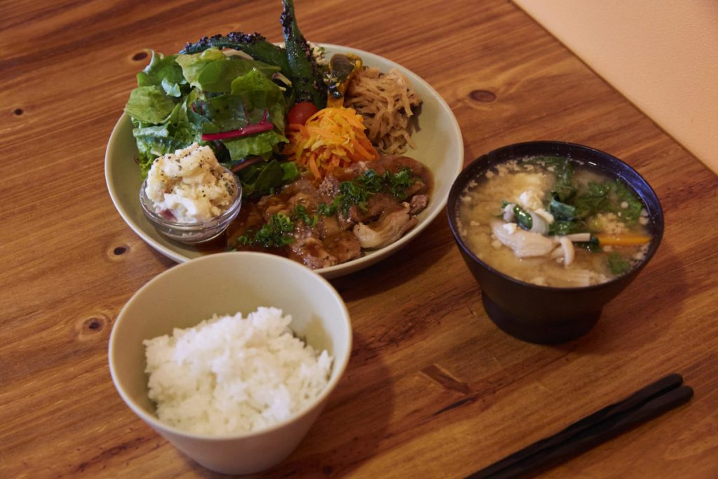 こちらが山原の野菜たっぷりの「県産豚の生姜焼きとやんばる彩り野菜定食」。ミルフィーるのように豚肉を重ねて焼いてある。