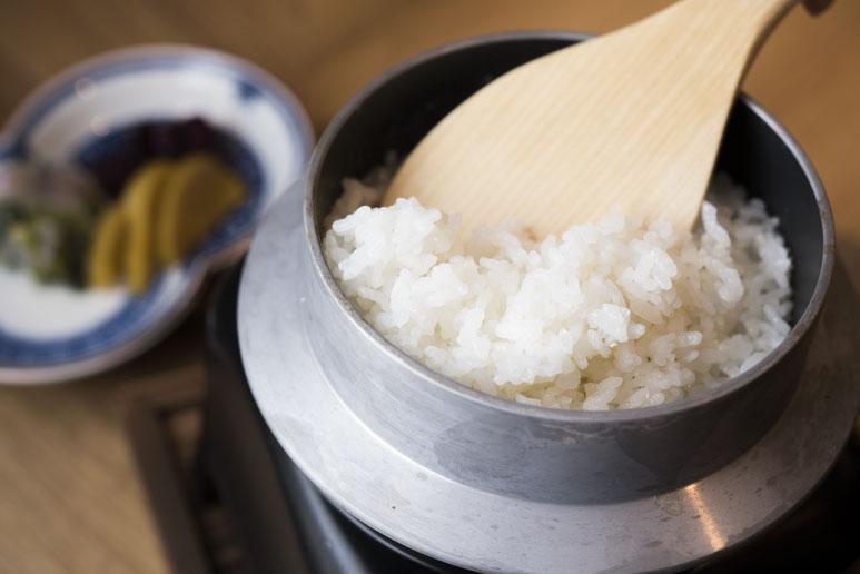 つどつど炊き上げる釡炊きご飯850円。蓋を開けた時の甘い香りもごちそう。お漬け物盛り合わせ550円。