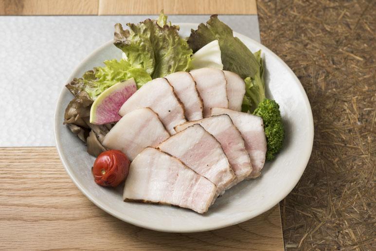 塩豚おやさい1,400円は、ひと皿でバランスよく野菜もたっぷり摂れる。