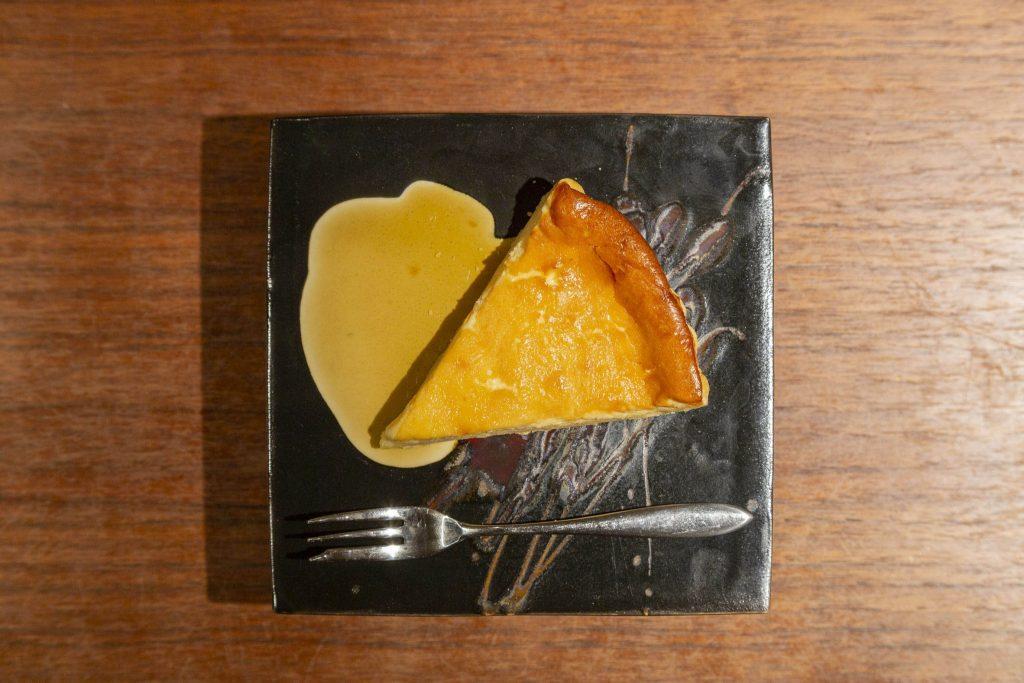 日本酒との相性も良い、大吟醸を使用した「酒粕チーズケーキ」400円。