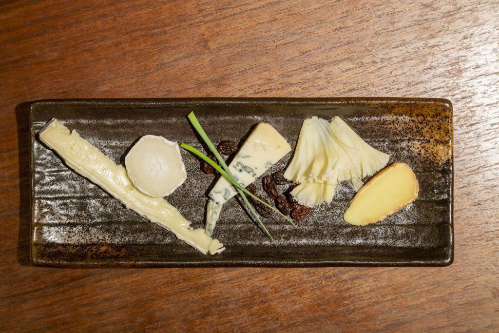 珍しいチーズを取りそろえた「厳選チーズ盛り合わせ」1,200円。