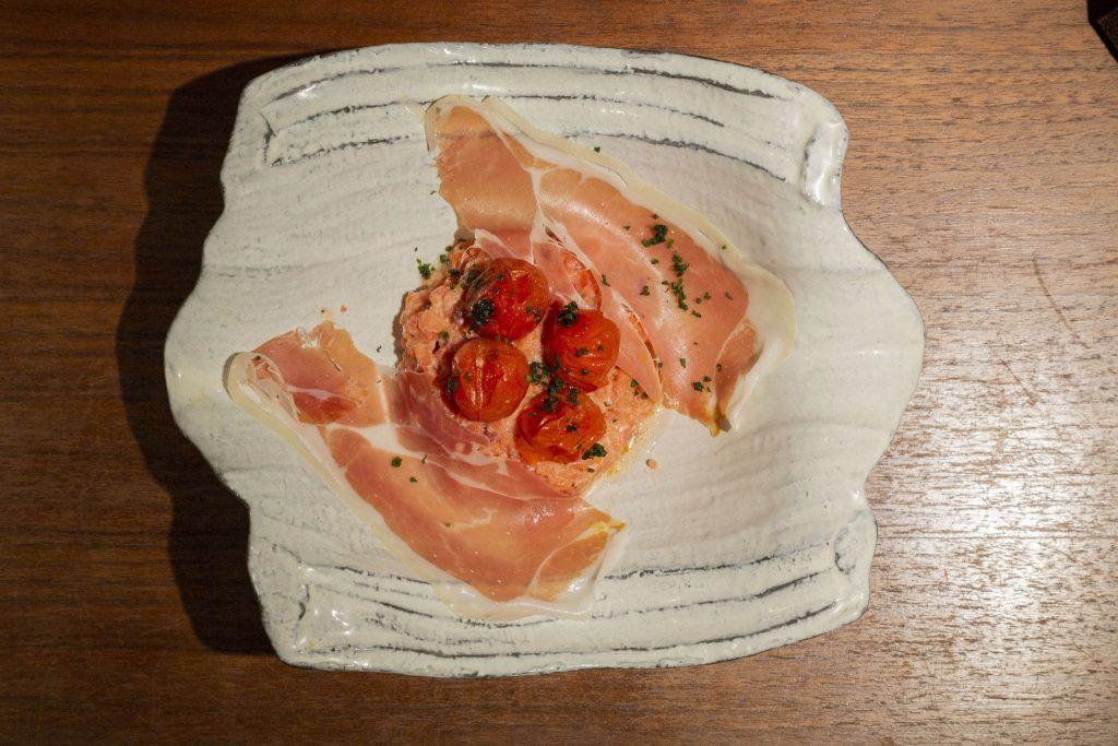 鮮やかな色の名物「チーズリゾット赤」(ビーツ、トマト)780円~。