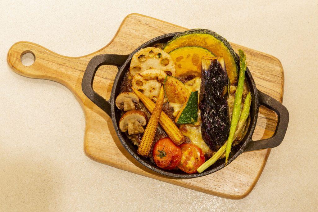 「彩り野菜の焼きチーズカレー」(1,620円)
