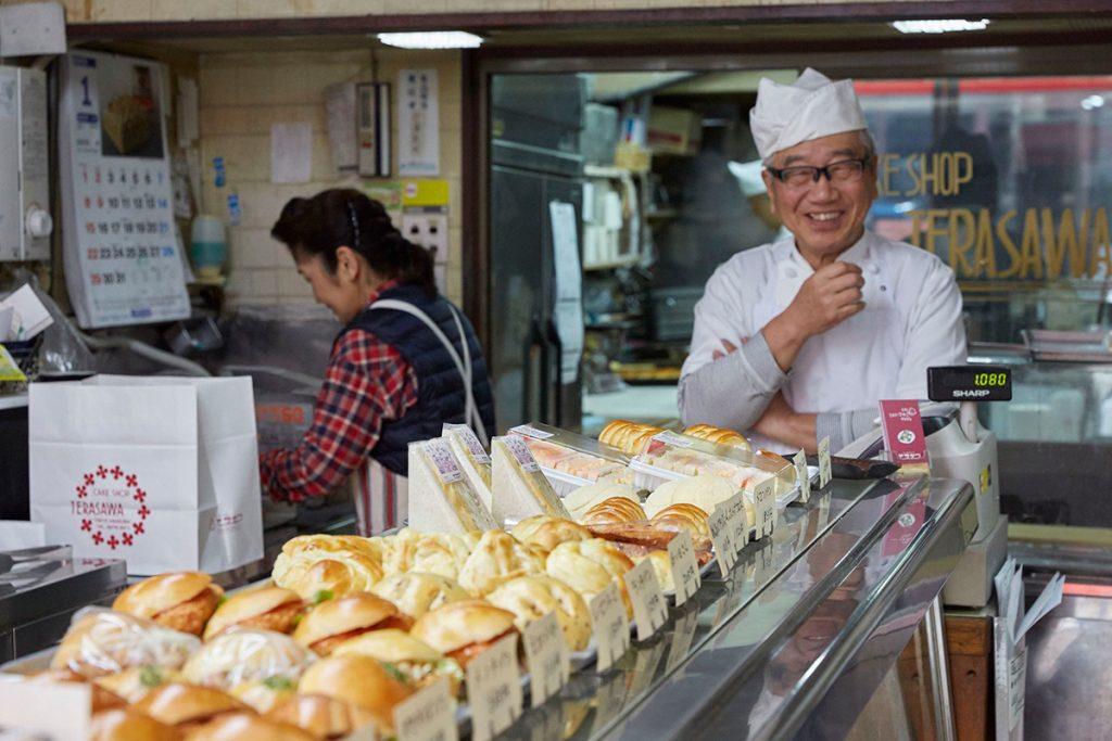 店主の寺澤長晴さん(写真右)いわく「安心して食べられるものにしたいから、ショートニングは一切使わずバターのみで作っています」。結婚前に、妻・実栄子さん(写真左)へコロネをプレゼントしたというチャーミングな一面も。