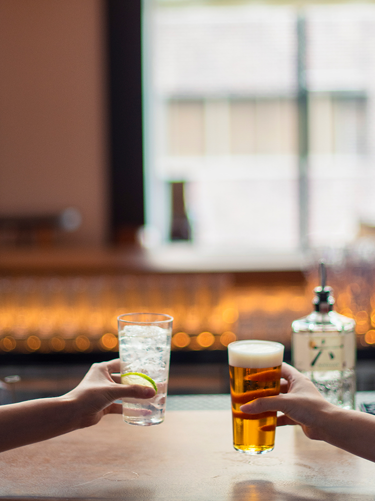ジントニックのほか、「東京クラフト ペール エール」などのビールやグラスワインが、ハッピーアワータイムはオール600円(サ別)