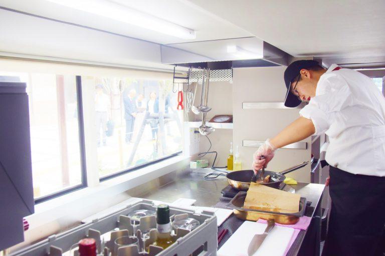 1階のキッチンで調理される料理。