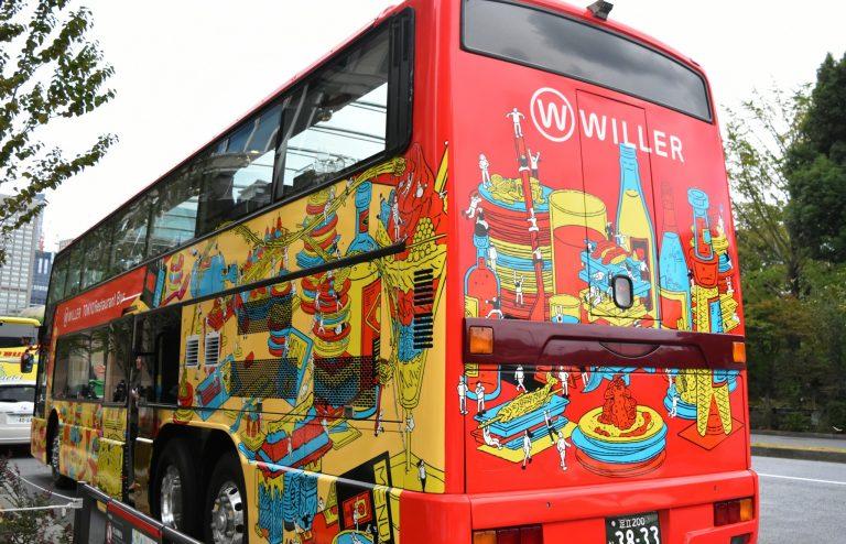 観光名所をイメージした可愛いイラストのバス。