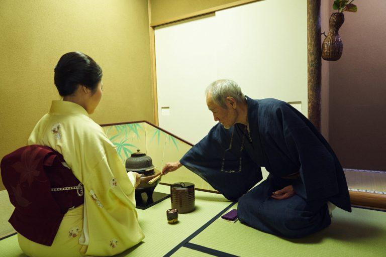 稽古をつける小川先生。お半東は芸者のたまきさん。