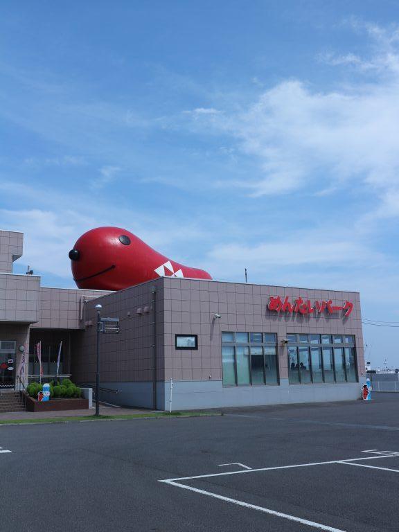 屋上に鎮座する巨大明太子オブジェ。遠くからもよく見えますー。