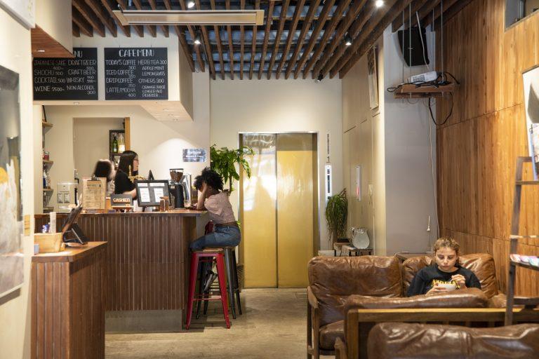 〈obi Hostel&CAFE BAR〉/日本橋
