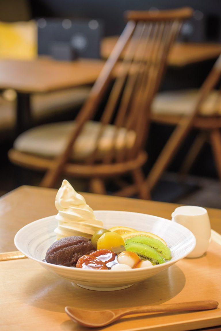 特製あんこがおいしいクリームあんみつは〈亀屋万年堂茶房〉の常連さんたちも絶賛する老舗の和スイーツ。900円