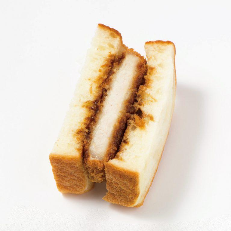 揚げたてのカツをはさむ、みそかつ290円(税込)。ふわふわのパンにタレがじわり。