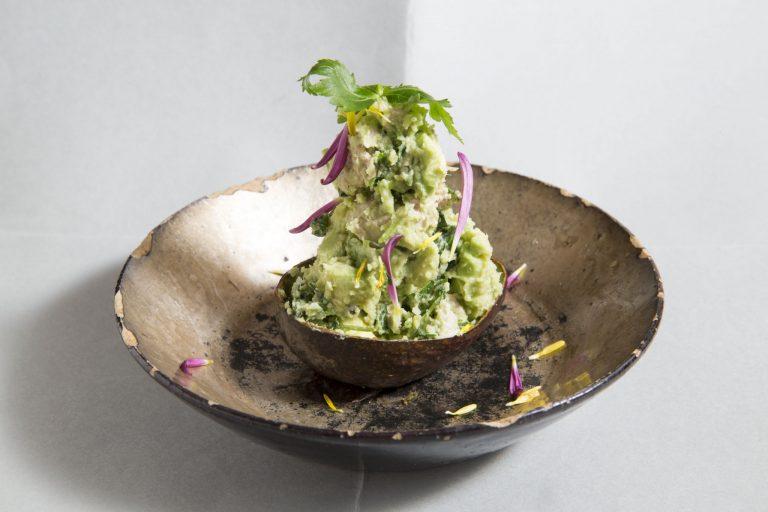 爽やかな山椒の香りが広がる、「アボカドすだち三つ葉のサラダ」は絶品。