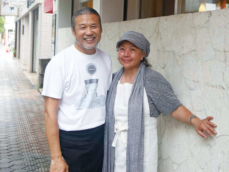 辺銀暁峰さん、愛理さん(ぺんぎん・ぎょうほう、あいり)/中国生まれの夫と東京生まれ、アメリカ育ちの妻。1999年に石垣島に移住。2人の物語は映画『ペンギン夫婦の作りかた』に。