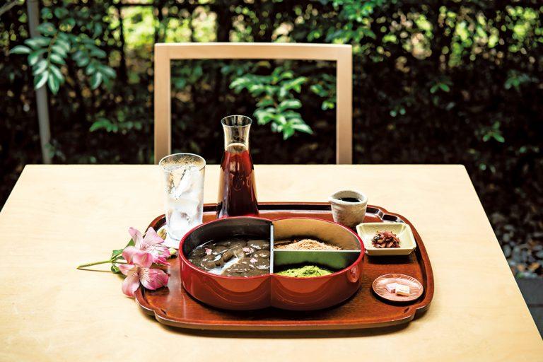 「蕨もち」珈琲と塩物、干菓子付きで2,500円。お盆には季節の花を添えて。