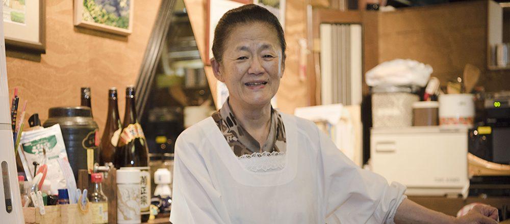 目指すはお客様にとって「もうひとつの家」。〈京や〉弘子ママのつくる美味しい料理に、にっこり。
