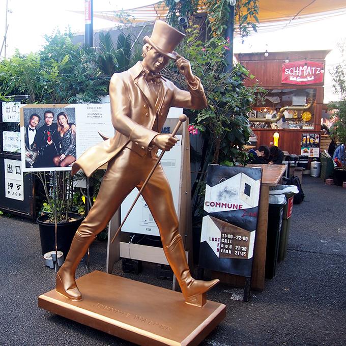 会場である、表参道駅からすぐの〈COMMUNE 2nd〉の入り口には、「ジョニーウォーカー」のブロンズ像。