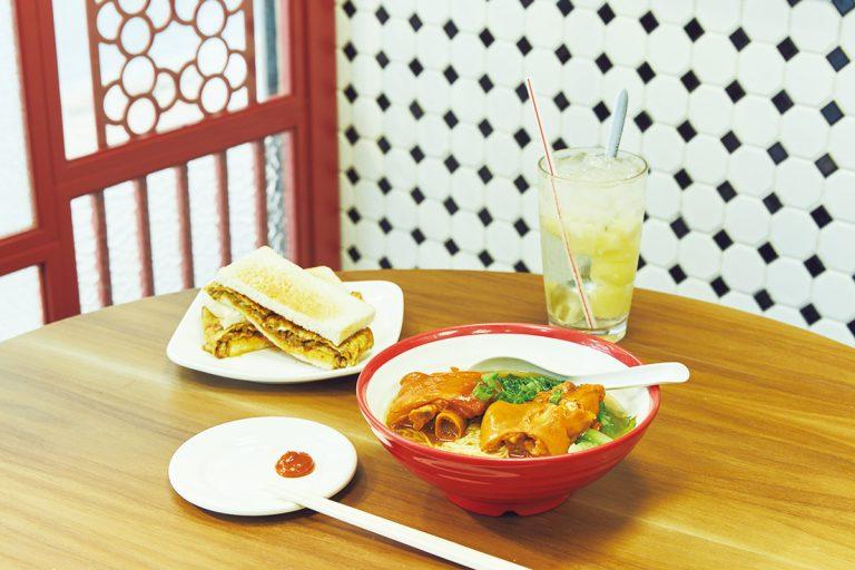 「麻辣蛋牛治」HK$22、「南乳猪手麺」HK$25には辛味噌をつけてもおいしい。飲み物は「菠蘿冰」HK$17。