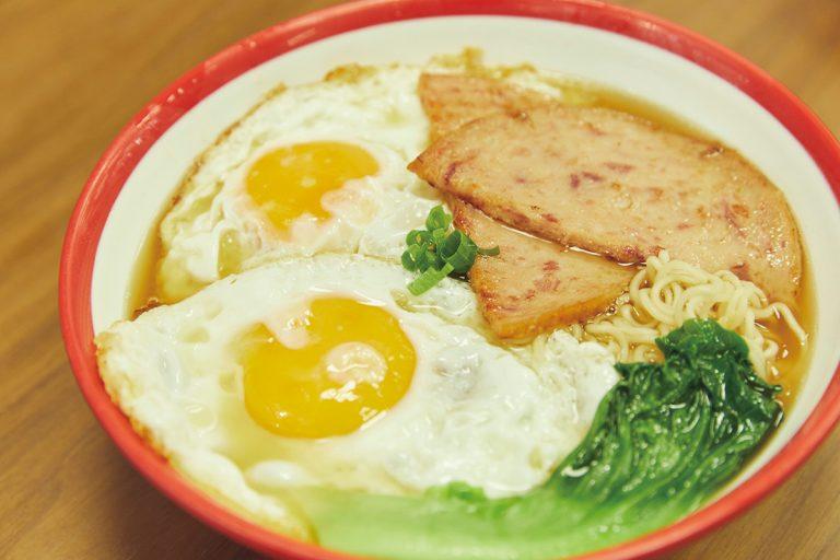 朝食の定番、スパムと目玉焼きののったインスタント麺「雙蛋餐肉公仔麺」(HK$33)