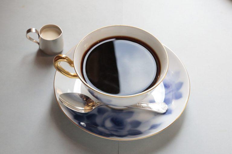 「銀座喫茶室オリジナルブレンド」は、深煎りの極みと呼ばれる豆を、独自の抽出器具を使って熟練の職人のみが淹れるこだわりの一杯。ホットケーキとセットで1,580円(税込)