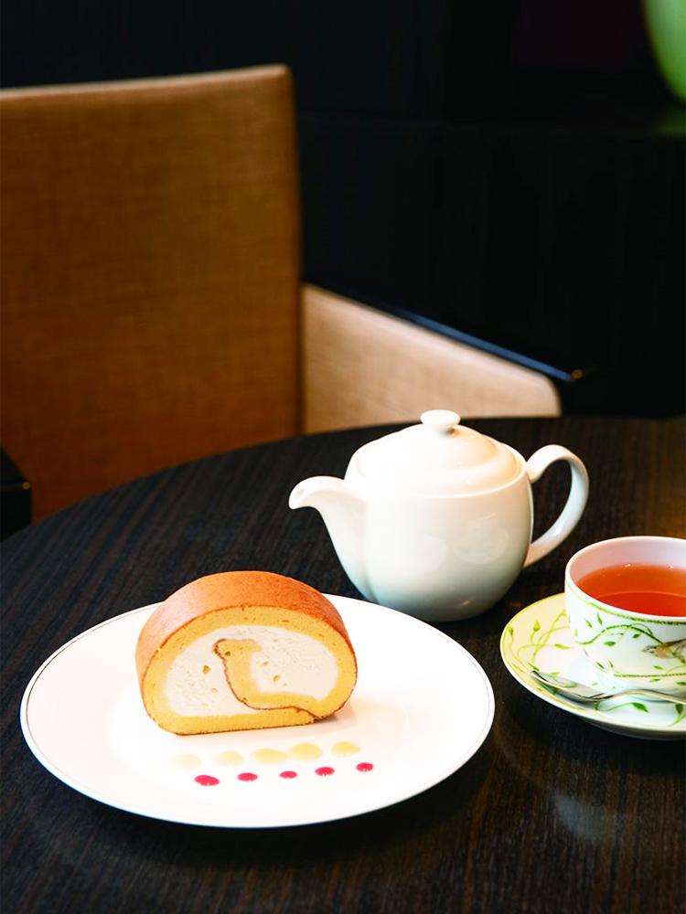 銀座のはちみつロールケーキ1,800円はコーヒーか紅茶付き。生地とクリームに蜂蜜を使用。ホール2,800円(各サ税別)も。