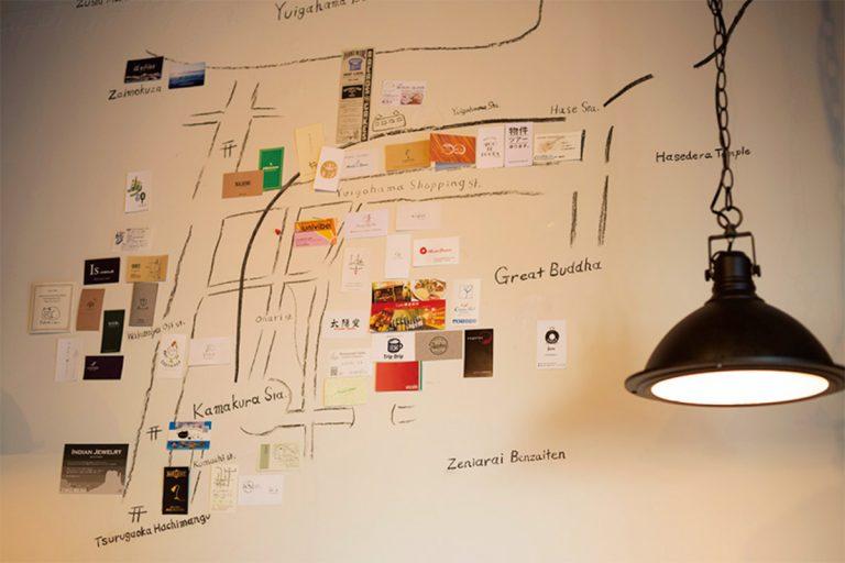 壁に描かれた地図にはお薦めのショップのカードが貼られ、街歩きの参考にも。