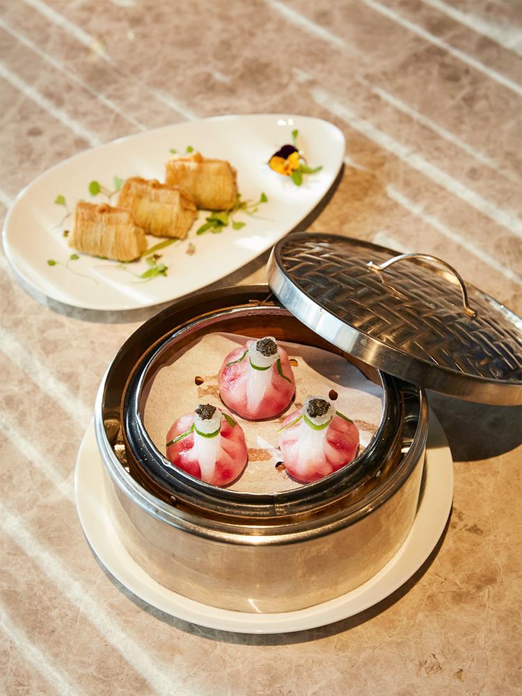 上から、和牛パフ「香蔥澳洲M9和牛千絲酥」3個HK$78、茸の餃子「松露雜菜粿」3個HK$78