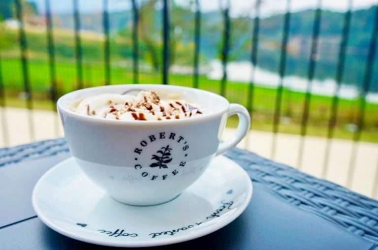 香り高くまろやかな味わいのコーヒーと絶景でホッと一息。