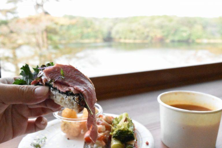 レストラン棟からは宮沢湖が一望できる。