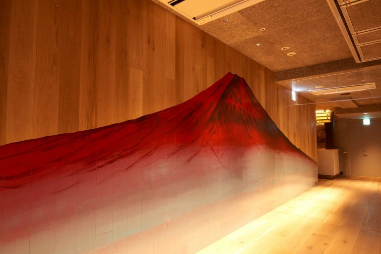 LOBBY真裏の廊下には「赤富士」も。
