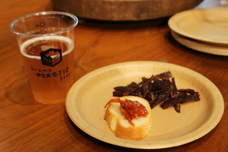 ビール「496」、フード「馬肉ジャーキー」「ドライトマト」。