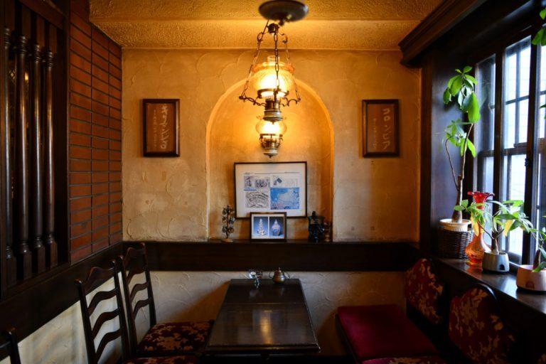 アンティーク家具や調度品を配した、意匠を凝らした造り。変色した壁が歴史を物語る。