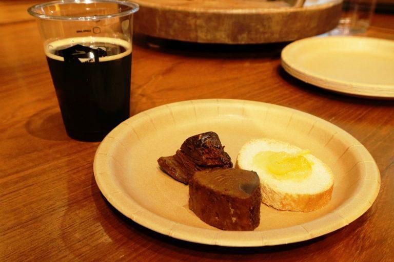 ビール「Afterdark」、フード「カツオの角煮」「ゆずのマーマレード」。