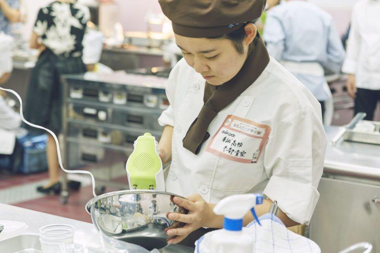 「貝印スイーツ甲子園」で調理に集中する高校生