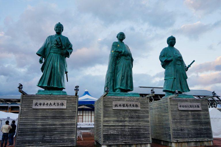 ■高知駅前では、坂本龍馬、中岡慎太郎、武市半平太の銅像が未来を見据えています!